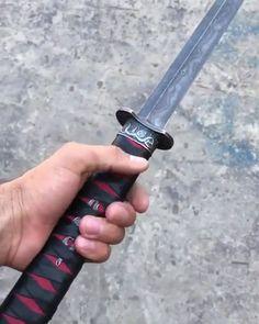 Damaskus Katana Schwert – Blade City – join in the world of pin Samurai Weapons, Ninja Weapons, Katana Swords, Anime Weapons, Weapons Guns, Pretty Knives, Cool Knives, Fantasy Sword, Fantasy Weapons