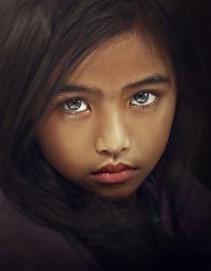 Bellos ojos tristes.