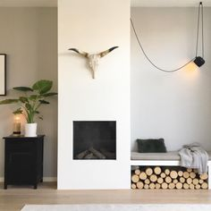 Storage: 18 ideas for storing your logs in your living room - Interior Design Home Fireplace, Fireplace Design, Home Living Room, Living Room Designs, Minimalist Fireplace, Minimalist Living, Paint Your House, Scandinavian Home, Scandinavian Fireplace