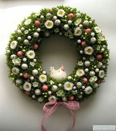 Easter Wreaths, Holiday Wreaths, Holiday Crafts, Fabric Wreath, Diy Easter Decorations, Easter Holidays, Wreath Crafts, Easter Crafts, Flower Arrangements