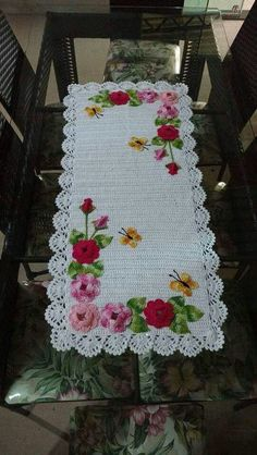 Caminho lindo Crochet Table Runner Pattern, Crochet Tablecloth, Crochet Doilies, Crochet Flowers, Crochet Stitches, Crochet Potholders, Crochet Cushion Cover, Crochet Cushions, Sewing Pillows