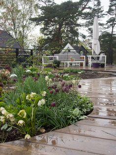En hage uten gressplen. Se kvinnen bak den kjente bloggen Moseplassen sitt nydelige uterom!