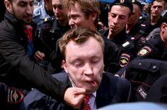 Un manifestante le propina un puñetazo en 2013 a un activista gaypor los derechos LGTB en Moscú. AFP  Un diario moscovita denuncia centros de detención de homosexuales en la república caucás…