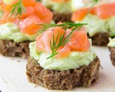 Canapés d'avocats au saumon fumé et citron vert : http://www.fourchette-et-bikini.fr/recettes/recettes-minceur/canapes-davocats-au-saumon-fume-et-citron-vert.html