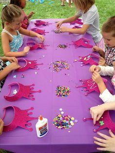 Kronen mit Pailletten verzieren für eine Prinzessinnen-Party Mehr