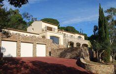 Anwesen mit schönen Blick über die Landschaft - http://www.aiximmo.ch/property/anwesen-mit-schonen-blick-uber-die-landschaft/- Dieses schöne Anwesen von ca. 520 qm wurde im Jahr 2008 komplett modernisiert. Es besitzt einen Panoramablick auf die Weinberge und die Burg von Grimaud.Es besteht die Möglichkeit ein angrenzendes Baugrundstück von ca. 3000 qm hinzu zu erwerben.Die Villa ist wie folgt ausgestattet:- Grosse Eingangshalle- 1 Schlafzimmer- 1 Badezimmer- Ausgestattet