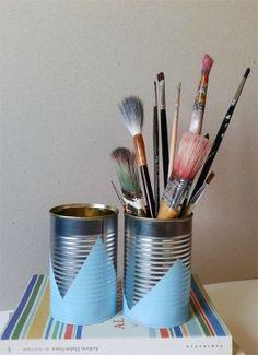 Recicla las latas con ESMALTE SINTÉTICO TITAN EN SPRAY. Quita las etiquetas de las latas y límpialas bien. Después, crea máscaras haciendo el dibujo que prefieras. Aplica el ESMALTE SINTÉTICO TITAN EN SPRAY, deja secar, retira las máscaras y ¡ya lo tienes: un recipiente cool para tus pinceles!