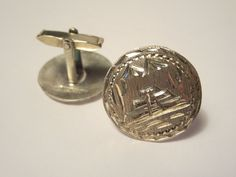 Vintage handmade 925 sterling silver cufflinks. Large medallions with a Maya pyramid engraving Marked sterling on the back and they also have an other stamp but they are not clearly stamped.  Very good condition  2.4 cm diameter 4.85 g. each.   ****TODAY DISCOUNT CODE ! VISIT OUR HOME PAGE !*** https://www.etsy.com/ca/shop/LesCurieux?ref=hdr_shop_menu