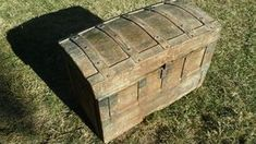 Baúl antiguo de chapa y madera Trunks And Chests, Outdoor Furniture, Outdoor Decor, Storage Chest, Diy And Crafts, Restoration, Wood, Handmade, Painting