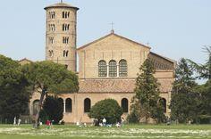 Ein Wanderweg außerhalb der Stadt Ravenna führt uns zur Basilika Sant'Apollinare in Classe mit ihrem runden Kampanile, den eleganten Säulen, die vom byzantinischen Kapitell überragt werden, und ihren Mosaiken. Unweit von Sant'Apollinare in Classe erstreckt sich der Pinienwald Pineta di Classe, der auch die Pinienhaine von San Vitale und Cervia umfasst, wesentliche Bestandteile des Regionalparks Podelta.