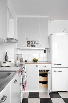 Home Decoration With Flowers Referral: 7274517295 Retro Apartment, Apartment Kitchen, Kitchen Interior, 50s Kitchen, Kitchen Dining, Kitchen Decor, Kitchen Cabinets, Scandinavian Kitchen, Küchen Design
