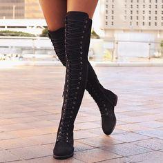 Stivali alti sopra al ginocchio senza tacco neri di Depop