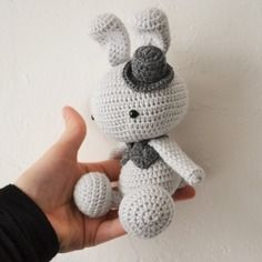 Amigurumi  doudou lapin kawaii au crochet  gris clair et anthracite