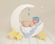 Do you have our original moon prop? Now all you are missing is a trio of stars! These are the perfect accessory for a dreamy set-up and are available in three different colors: yellow, sparkly silver or glittering gold! Stars stand alone on hard surfaces. Image courtesy of Andrea Kinter Photography.