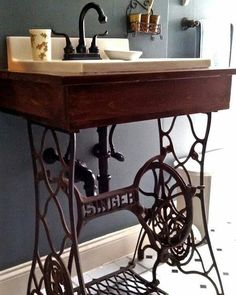 The box built, fallen into the sink, added the faucet. The iron singer sew - Alte Stühle - Bathroom Decor Sewing Machine Tables, Antique Sewing Machines, Sewing Tables, Treadle Sewing Machines, Rustic Bathroom Vanities, Small Bathroom, Bathroom Sinks, Bathroom Ideas, Small Sink