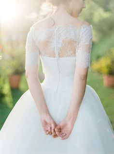 清楚で上品♡ウエディングドレスはオフショルダーでお姫様気分*にて紹介している画像