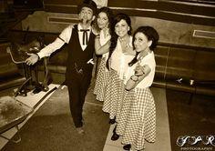 The Mountain girls con nuestro tahúr particular en la fiesta de la Extravaganza III: La Fiesta del Granero de Gijón con Blues & Decker