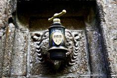 La entrada de acceso a la abadía del Mont Saint Michel cuesta 9 euros (niños gratis). Tras atravesar la sala de Guardias, el visitante sube la escalera del Grand Degré, que da acceso a las terrazas. En la imagen, un grifo que adorna el pasillo de subida a la planta superior de la abadía.