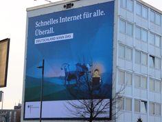 CeBIT 2015: Schnelles Internet für alle. Überall. Deutschland kann das. Das Plakat unsere Bundesregierung empfängt alle Messebesucher direkt am Bahnhof Messe.