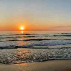 Precioso amanecer en la Playa de Gandia Beautiful Photos Of Nature, Beautiful Sky, Beautiful Beaches, Sunset Sky, Sunrise, Mecca Islam, Vsco Beach, Vintage Videos, Watercolor Pictures