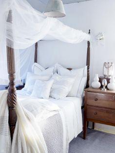 British classic with mosquito netting--nice ----------------------------------------------------- klamboe met bed