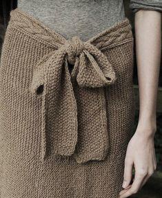 Une jupe aux tons boisés avec une ceinture toute en délicatesse. J'adore le gros noeud qui apporte une touche féminine!