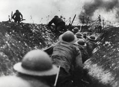 This photo shows British troops going over the top of the trenches during the battle of the Somme. This was one of the bloodiest battles of World War One. World War One, First World, Batalha Do Somme, Schlacht An Der Somme, Battle Of The Somme, Global Conflict, World History, Military History, Troops