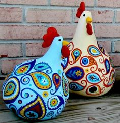 DIY: Paisley chickens from gourds! Could also make plaid or polka-dot chickens! Excellent tutorial on creating the paisley design - breaks it down step by step. {Aunt Judy, between the chickens and the paisley, this made me think of you! Chicken Crafts, Chicken Art, Creative Crafts, Fun Crafts, Arts And Crafts, Deco Originale, Chickens And Roosters, Adult Crafts, Gourd Art