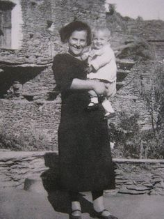 Η Τζένη Καρεζη, λίγων μόλις μηνών, στην αγκαλιά της μαμάς της.