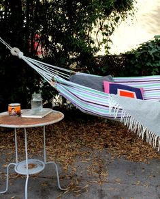 Den perfekta läsplatsen för lata dagar. Sy en hängmatta till trädgården eller balkongen. Populära Design Sponge bjuder på tydliga bildinstruktioner.