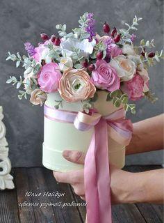 Купить или заказать Цветы в шляпной коробке 30 см (полимерная глина) в интернет-магазине на Ярмарке Мастеров. Большая композиция с цветами из полимерной глины. Цветы в коробке. Цветы в круглой коробке. Состав цветов: розы, бутоны орхидей, пионы, гортензия, листья эвкалипта Композиция перенесет пересылку. реалистичные цветы ручной работы - сделаны из полимерной глины (небьющийся, прочный материал, похож на картон, не бьется). Очень пышная и нарядная. Цветы в шляпных коробках - новый тренд во… Amazing Flowers, Pretty Flowers, Fresh Flowers, Silk Flowers, Paper Flowers, Bouquet Box, Balloon Flowers, Spring Design, Candy Party