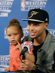 Stephen Curry x his daughter Riley Stephen Curry And Daughter, Stephen Curry Family, The Curry Family, Stephen Curry Eyes, Curry Basketball, Love And Basketball, Basketball Memes, Basketball Players, Basketball