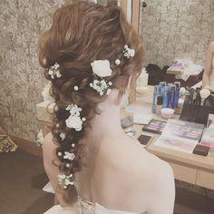 編み込みの流れに沿って可憐な小花やコットンパールを飾ることで、後ろ姿に表情が生まれ印象的に。