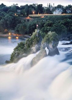 Mitten im Rheinfall trotzen Felsen der Wucht des Wassers. (Foto Michael Lio) 7 Places, Places Ive Been, Places To Visit, Places In Switzerland, Alpine Mountain, European Travel, Wonderful Places, Travel Photos, Seasons Of The Year