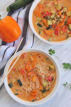 Soupe thaï au curry rouge et nouilles de riz - Ma cuisine de tous les jours Curry Coco, Vegan Recipes, Vegan Food, Thai Red Curry, Cooking, Mets, Ethnic Recipes, Soups, Vegane Rezepte