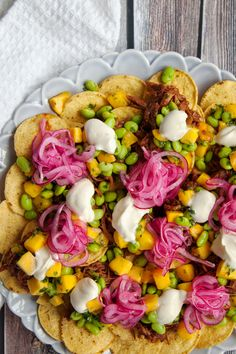 Ny variant på en storfavorit! Toppa din nacho med pulled pork, fräsch mangosalsa och picklad rödlök. Magiskt gott! Det går utmärkt att förbereda den picklade rödlöken en dag i förväg och förvara i kylen. #nacho #pulledpork #texmex #middag #mathem List Of Appetizers, Taco Time, Buffet Ideas, Party Platters, Recipes From Heaven, Food Heaven, Quesadilla, Tex Mex, Fajitas