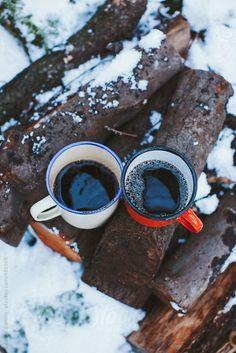 Горячий кофе, приготовленный на костре, в лесу