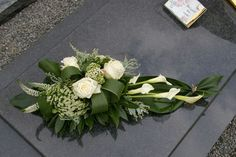 Funeral Flower Arrangements, Ikebana Arrangements, Beautiful Flower Arrangements, Beautiful Flowers, Grave Flowers, Cemetery Flowers, Funeral Flowers, Wedding Flowers, Deco Floral