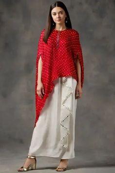 Buy Bandhani Cape Top by Twenty Nine at Aza Fashions Kurti Designs Party Wear, Kurta Designs, Blouse Designs, Indian Designer Outfits, Indian Outfits, Simple Pakistani Dresses, Stylish Dresses For Girls, Indian Fashion, Gold Fashion