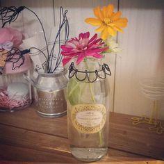 ご近所さんより #かわいいお花 をいただいたので #手作り花瓶?! に生けてみました🎵 #ハンドメイド#手作り雑貨#インテリア雑貨#natural #ワイヤークラフト#ワイヤー雑貨 #空き瓶リメイク#リメ瓶#りさいくる #花のある生活#flowers