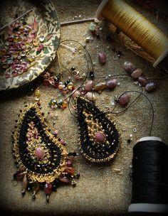 Потрясающую бижутерию делает Ivy Long, используя смешанную технику - вязание крючком, аппликацию, бисероплетение и т.д.     Ivy Long is doing a terrific jewelry making, using a mixed technique - crochet, applique, beading, etc.