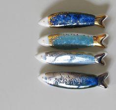 Ryby, rybičky... Porcelanove brošne zdobene glazurou a keramickym zlatom alebo platinou na treti vypal. Zapinanie na brošnovy mostik. Cena za jeden kus, do poznamky napište o ktoru rybku mate zaujem. Veľkosť: 2 x 7,5 cm http://www.fler.cz/loris