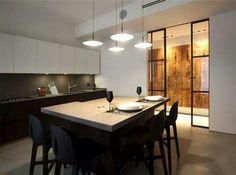 Porta de vidro e parede de madeira.