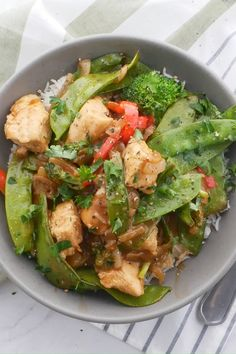 A savory peanut sauce covers every inch of this flavor-packed peanut satay chicken stir fry! Load it up with all your favorite vegetables and pile it over hot fluffy rice.