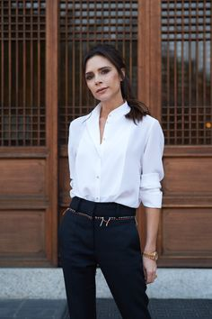 All eyes on designer at our press breakfast in Seoul, shortly before the launch of the exclusive capsule collection. Victoria Beckham Outfits, Victoria Beckham Stil, Minimal Fashion, Work Fashion, Daily Fashion, Style Fashion, Vic Beckham, White Shirt Outfits, White Shirts