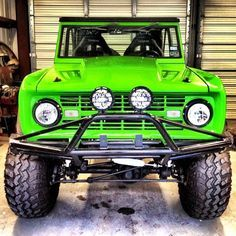 green bronco Classic Bronco, Classic Ford Broncos, Classic Trucks, Old Ford Bronco, Early Bronco, Bronco Truck, Toy Trucks, Pickup Trucks, Broncos Pictures