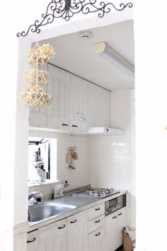 建売住宅で購入した我が家。 あちこち不満だらけではあったのですが、そのおかげであちこち自分で「好き」を形にすることができてます 今回はキッチンの作り付けの吊戸棚の扉をベニア板でリメイクするDIYをご紹介