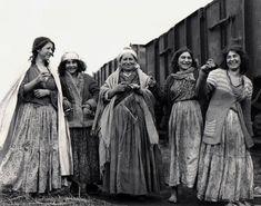 Polish Roma ladies after WorldWar II. Gypsy Life, Gypsy Soul, Romanian Gypsy, My Big Fat Gypsy Wedding, Gypsy Culture, Poland Culture, Gypsy People, Poland History, Gypsy Women