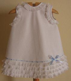 Jesusito para bebé de 0 a 3 años en piqué de canutillo blanco con pequeños volantes de organza
