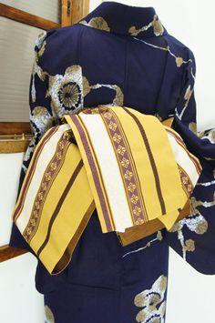 マスタード色にブラウンとアイボリーで織り出された装飾縞が遊び心をさそう化繊の半幅帯です。 #kimono